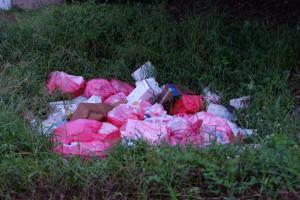 Infektiöser Abfall in einer Grube hinter dem Krankenhaus