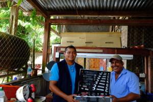 César und Juan José mit ihrem neuen Werkzeugkoffer